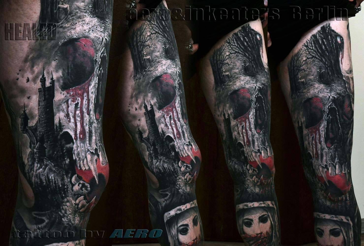 Tattoo von einem dunklen Turm, einem dämonischen Totenkopf und einem Wald auf dem Oberschenkel.