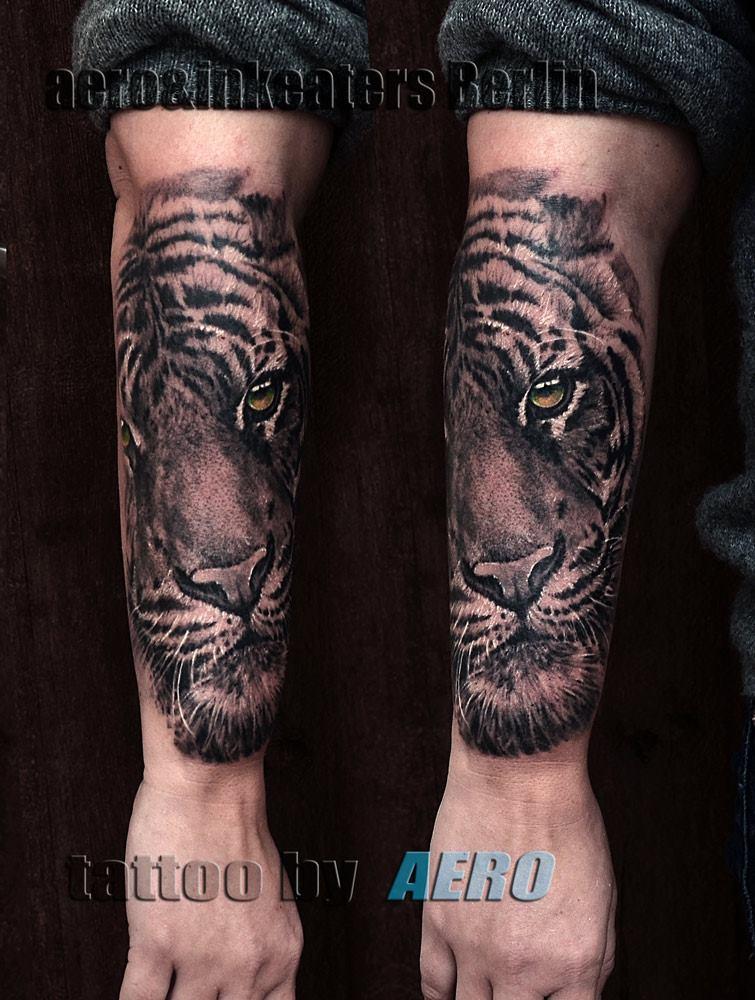 Tattoo von einem Tigerkopf auf dem Unterarm