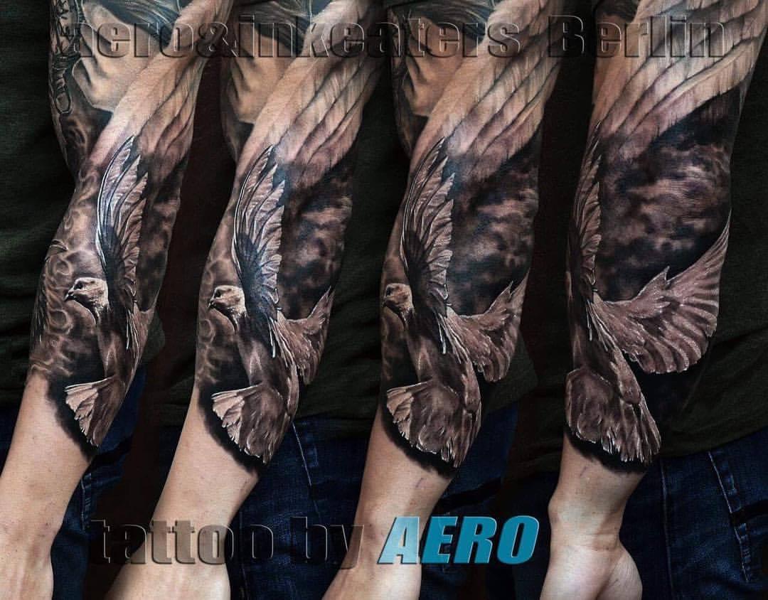 Tattoo von einem Adler auf dem Arm.