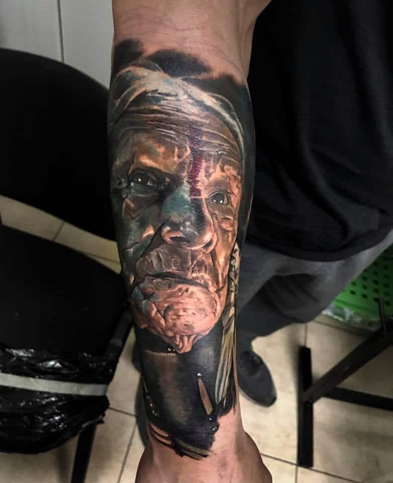 Gesicht von einem Indianer Mann Tattoo