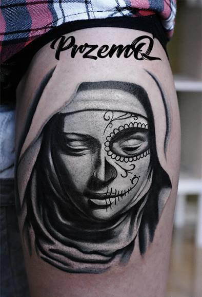 Gesicht Tattoo mit einem Kopftusch auf einer Seite Totenmaske