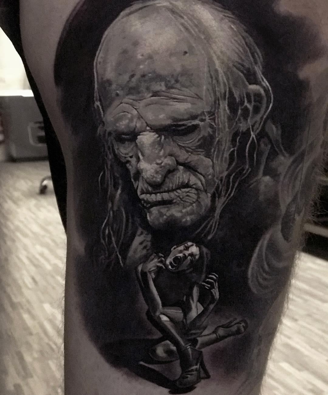 Alter Mann unter ihm eine Frei die streit Tattoo