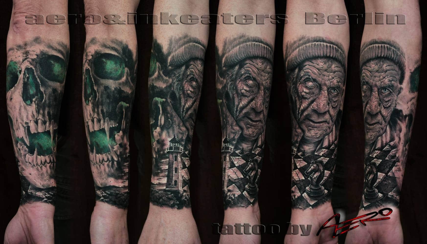 Tattoo über den ganzen Unterarm, mit einem Totenkopf, einem Leuchtturm, einem Schachbrett und einer älteren Person.