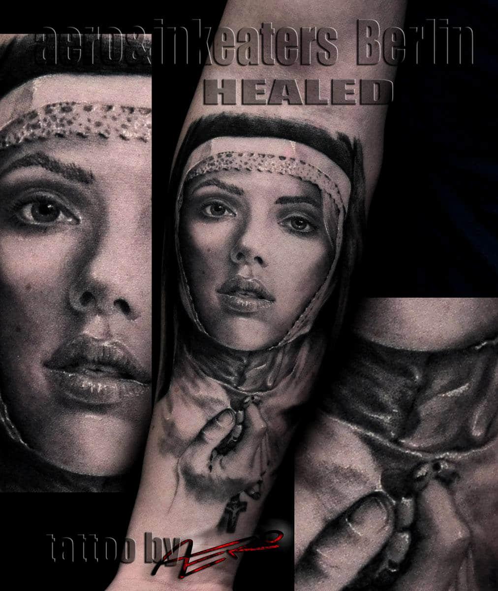 Tattoo von einer Nonne, mit einer Kette in der Hand.