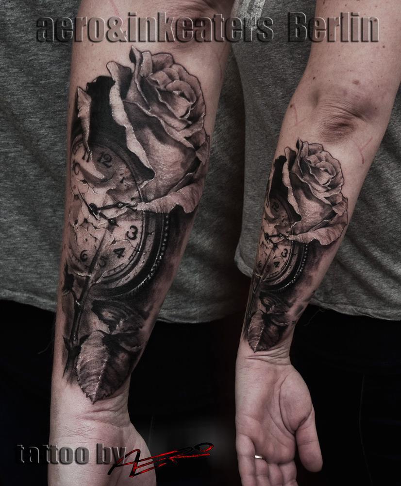 Tattoo von einer Uhr und einer Rose auf dem Unterarm.
