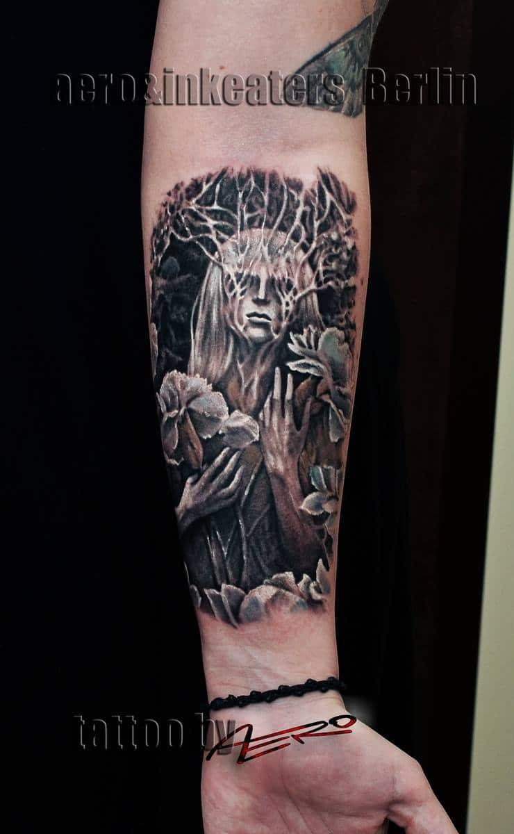 Tattoo von einer Person, mit langen blonden Haaren auf dem Unterarm.