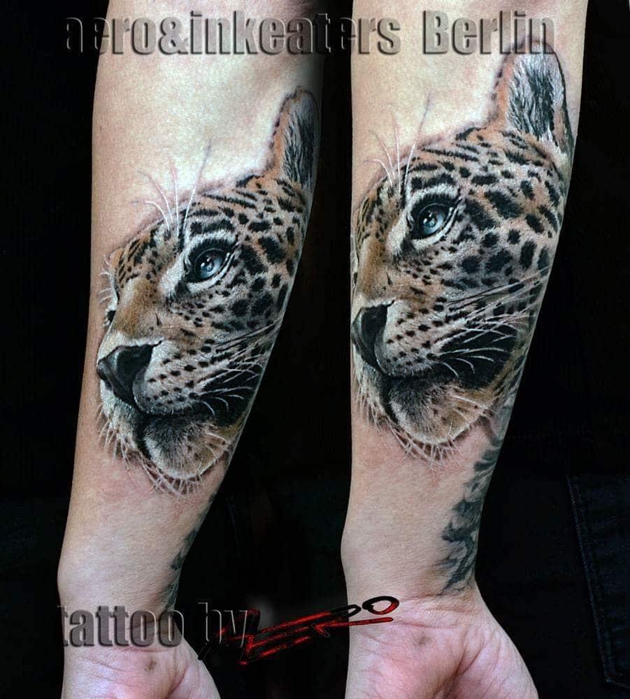 Tattoo von einem Leopardenkopf auf dem Unterarm.