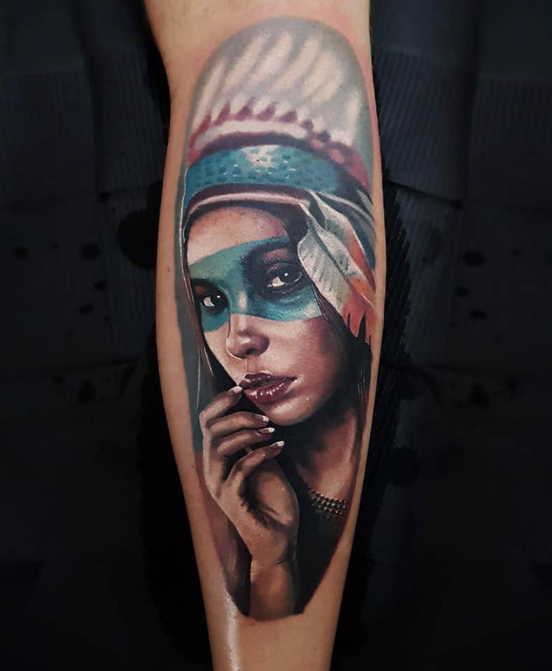 Tattoo von einer Frau die aussieht wie eine Indianerin