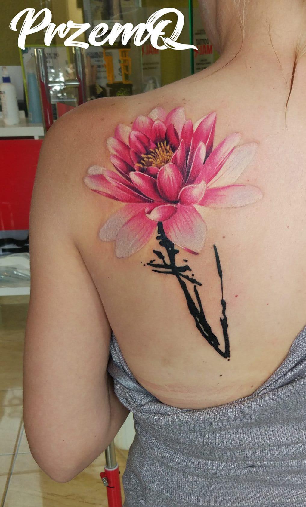 Blumen Tattoo mit schwarz, rosa und gelben Details