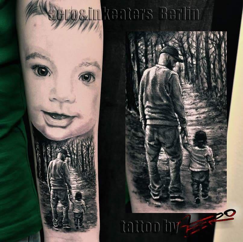 Tattoo von einem Vater, der sein Kind an der Hand hält und durch den Wald läuft