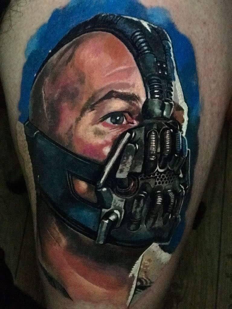 Mann mit einer Metallmaske Tattoo