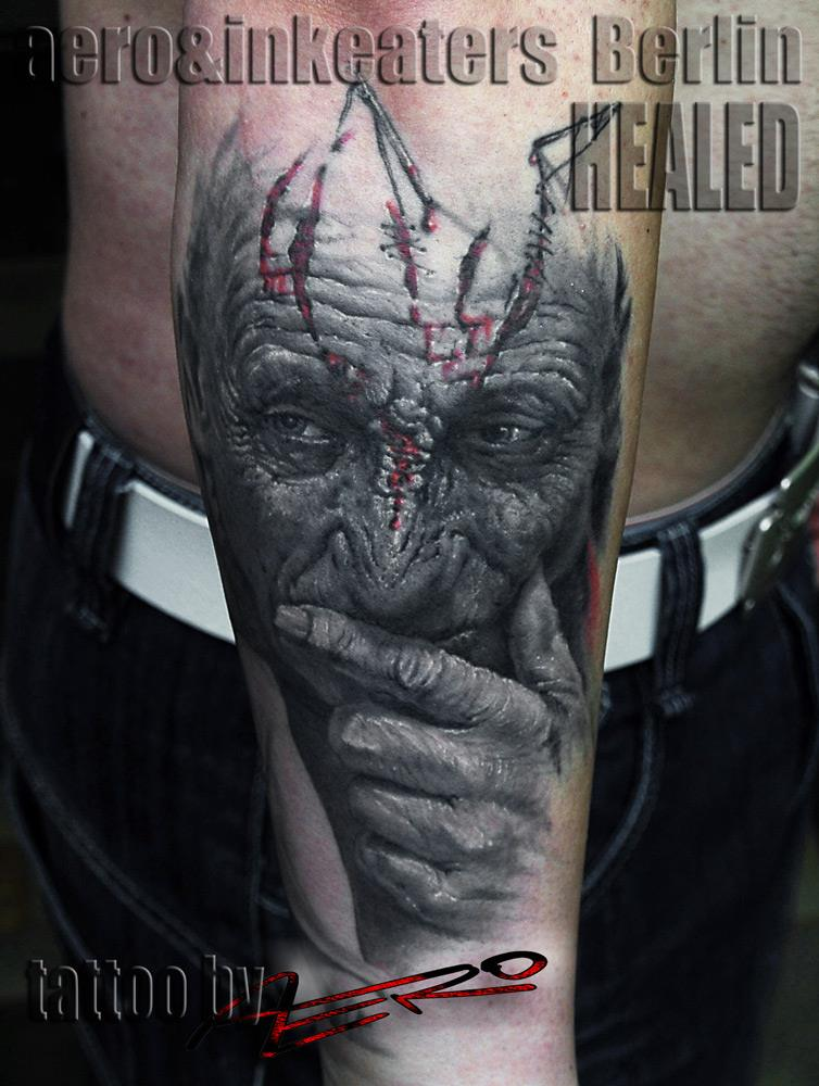 Tattoo von einer älteren Person mit Platzwunden auf dem Kopf