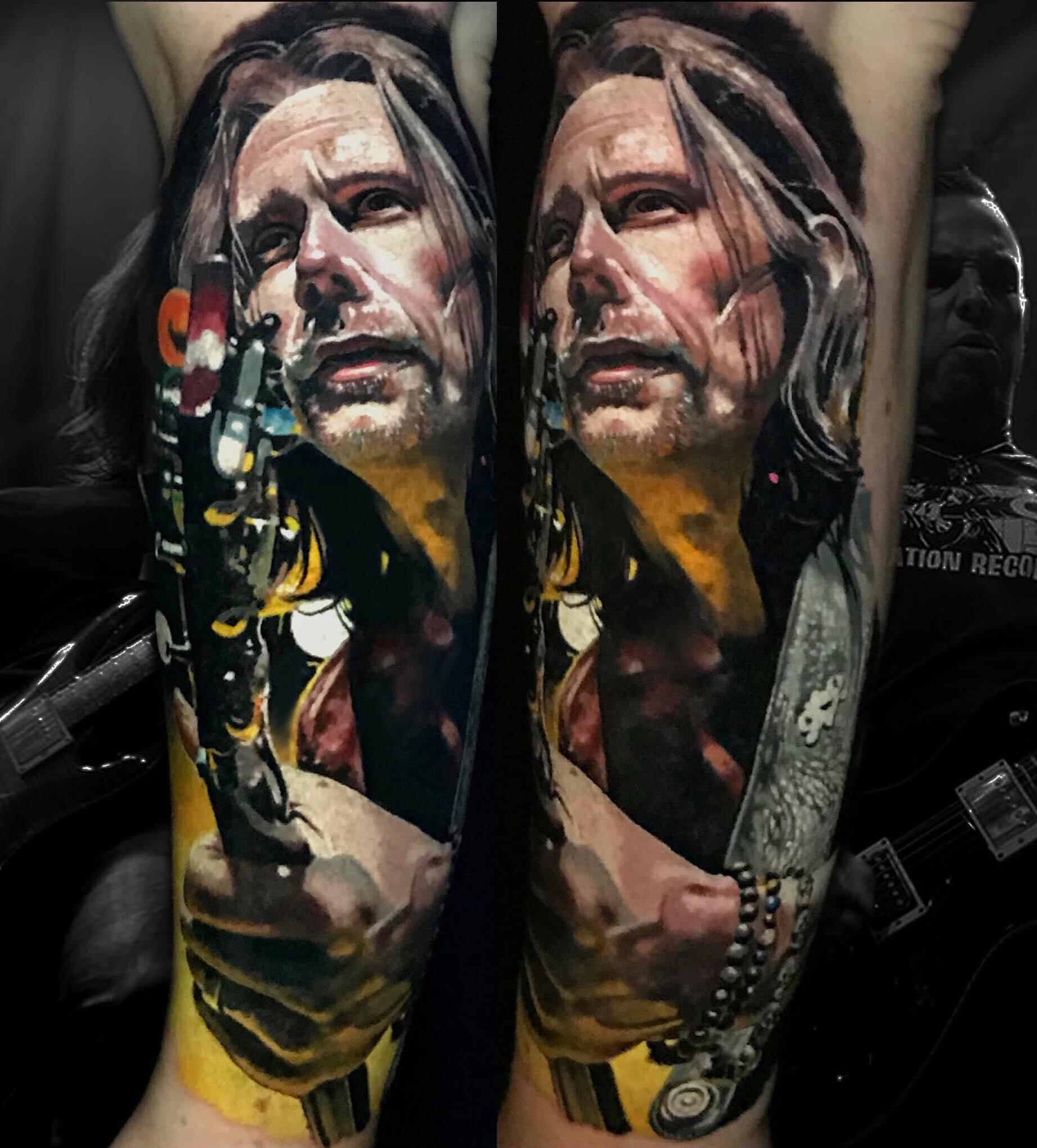 Tattoo von einem Mann der Gitarre spielt