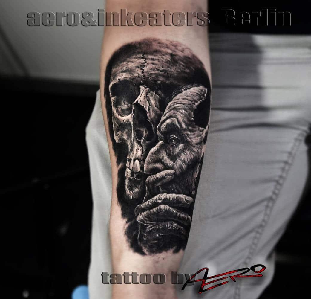Tattoo von einem nachdenken Mann und einem Totenkopf im Hintergrund.
