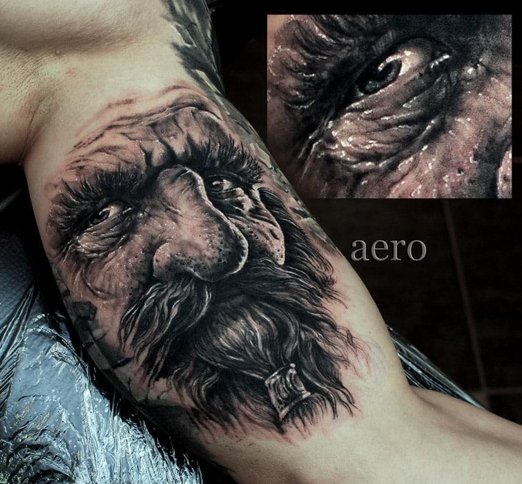 Tattoo von Gesicht mit langen Bart und tränenden Auge