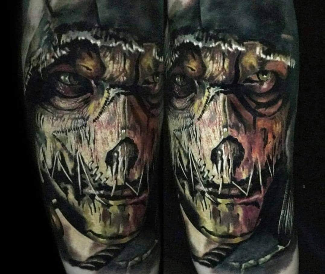 Gruseliges Tattoo von einem Gesicht