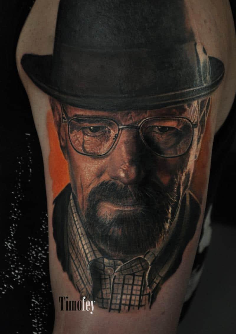 Tattoo von einem Mann mit Brille und Hut
