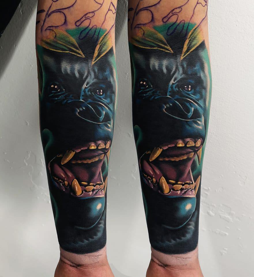 Tattoo mit einem Tier welches sein Maul offen hat