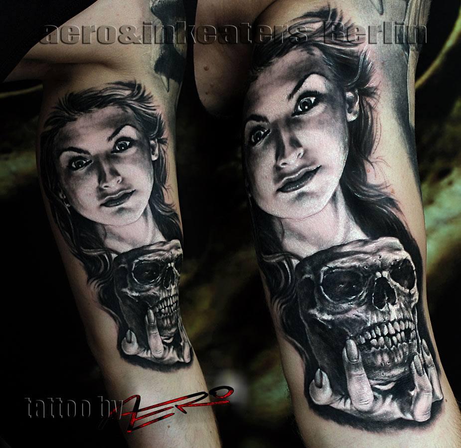 Tattoo von einer Frau, die einen Totenkopf in der Hand hält