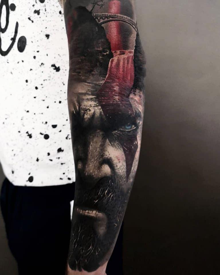 Mann mit einem roten Blitz Streifen am Auge Tattoo