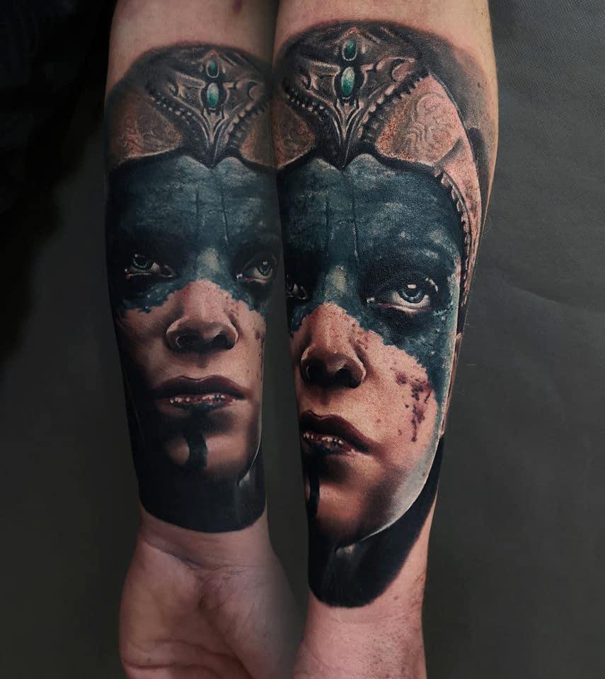 Tattoo von einem Gesicht mit Blut und einer Krone