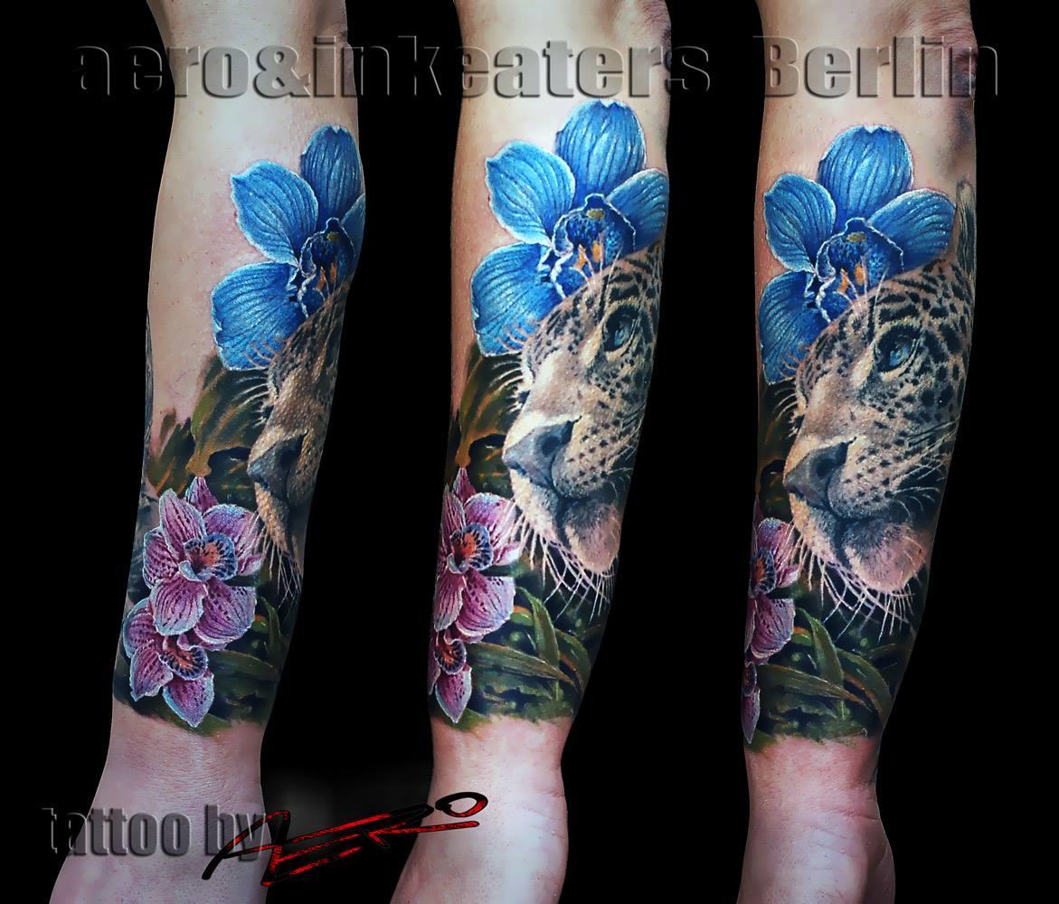 Tiger Tattoo mit farbigen Blumen
