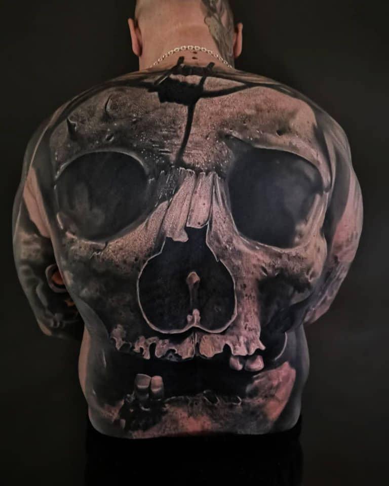 Rücken Tattoo mit einem Totenkopf