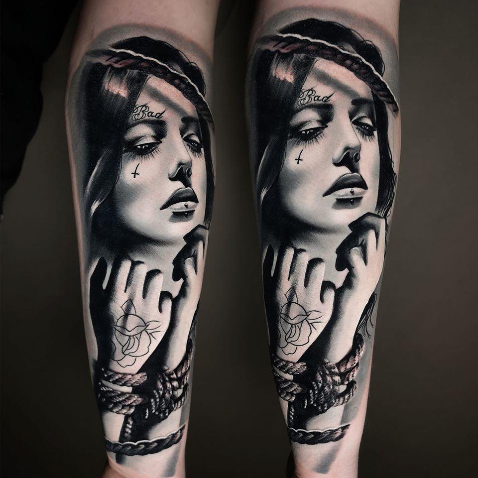 Frau mit gefesselten Armen und Tattoss als Tattoo