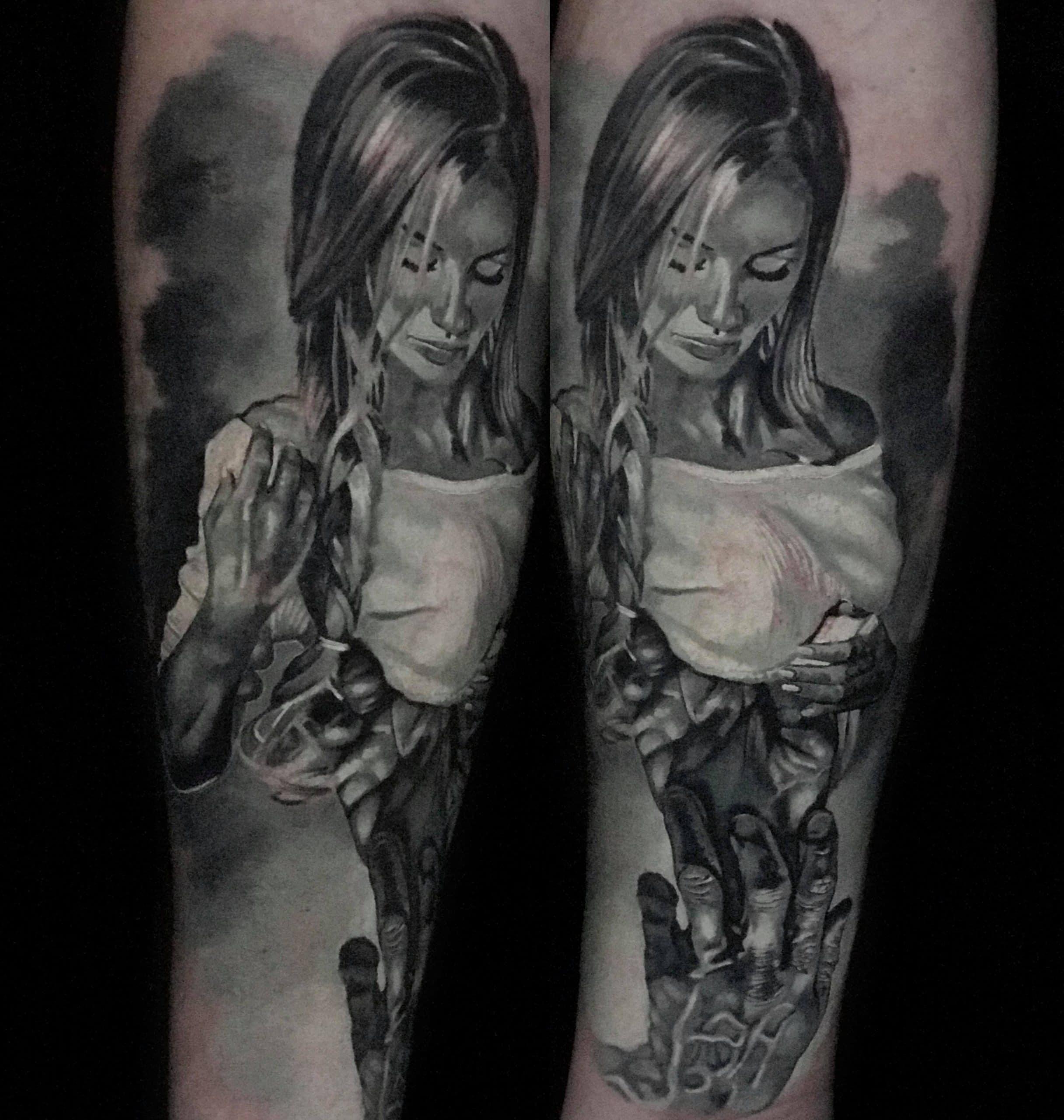 Frau die von einer Hand berührt wird Tattoo