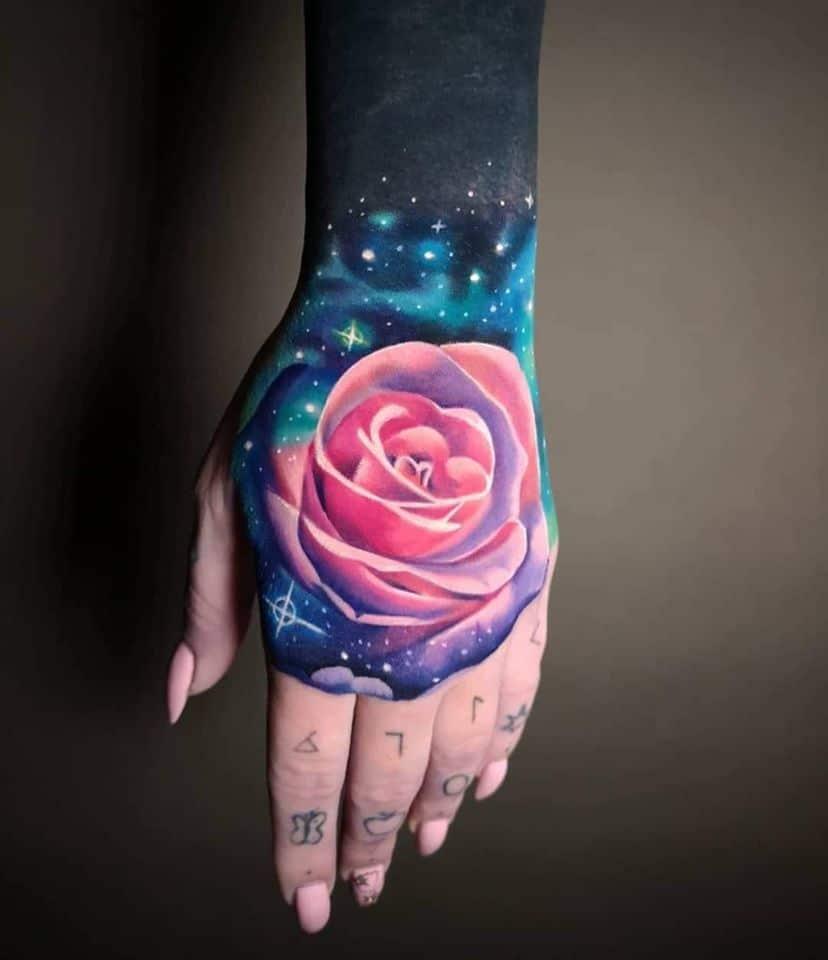 Rosen Tattoo mit einem Galizischem Hintergrund