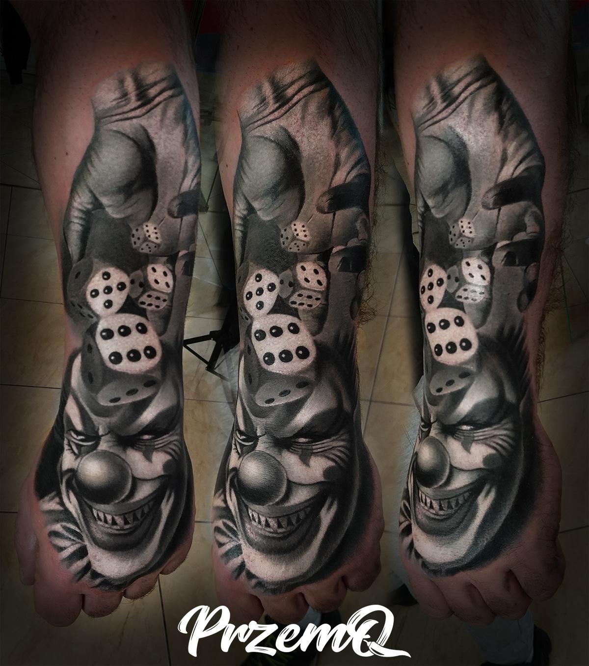 Gruseliges Clown Tattoo mit Würfeln