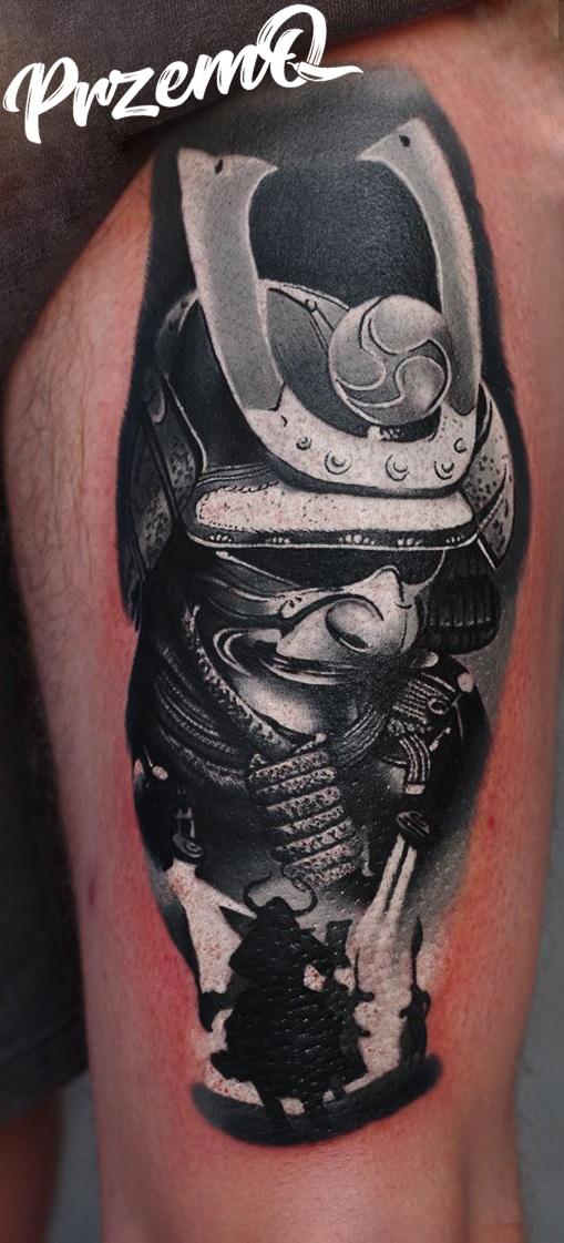 Tattoo von einem Metall Soldaten in schwarz weiß