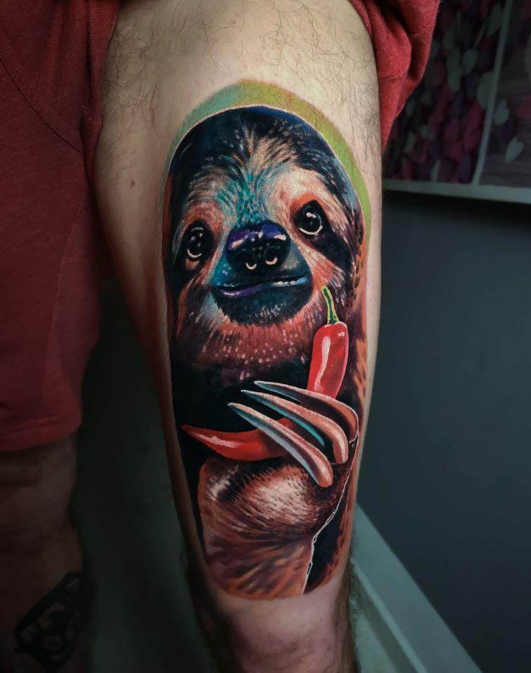 Faultier mit einer Peperoni Tattoo