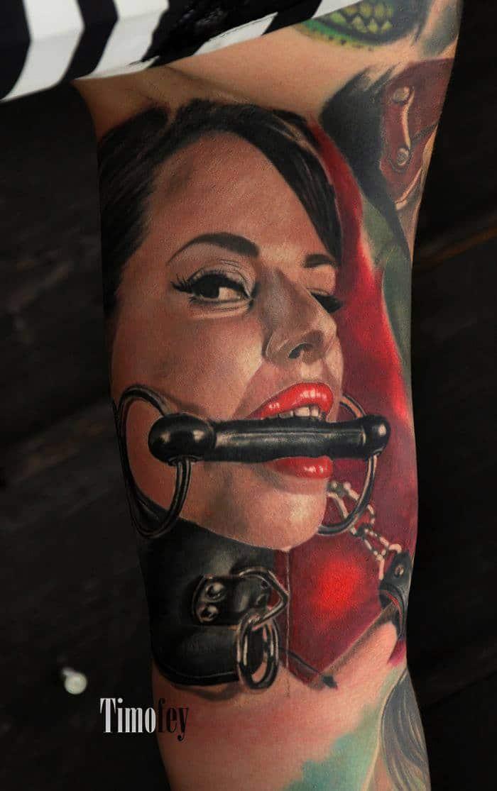 Frau mit Spielzeug im Mund tattoo