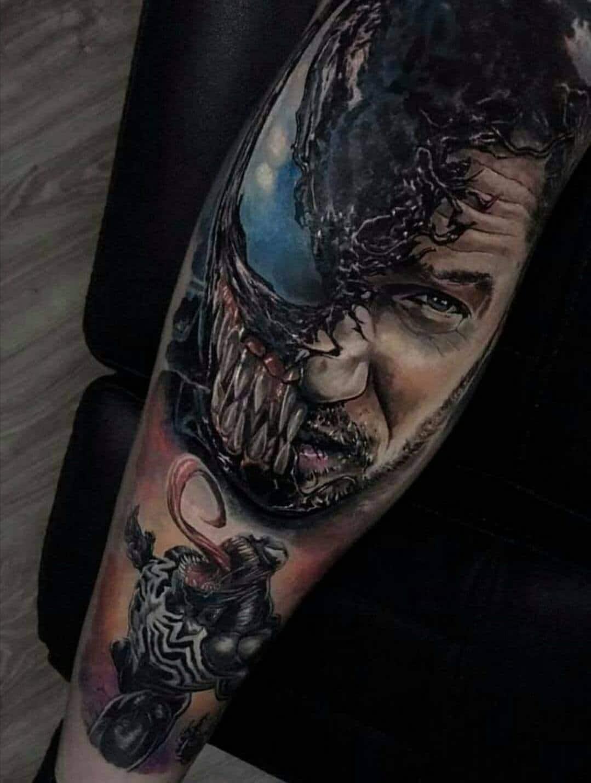 Gesichts Tattoo von einem Mann der zur hälfte eine Gestalt ist