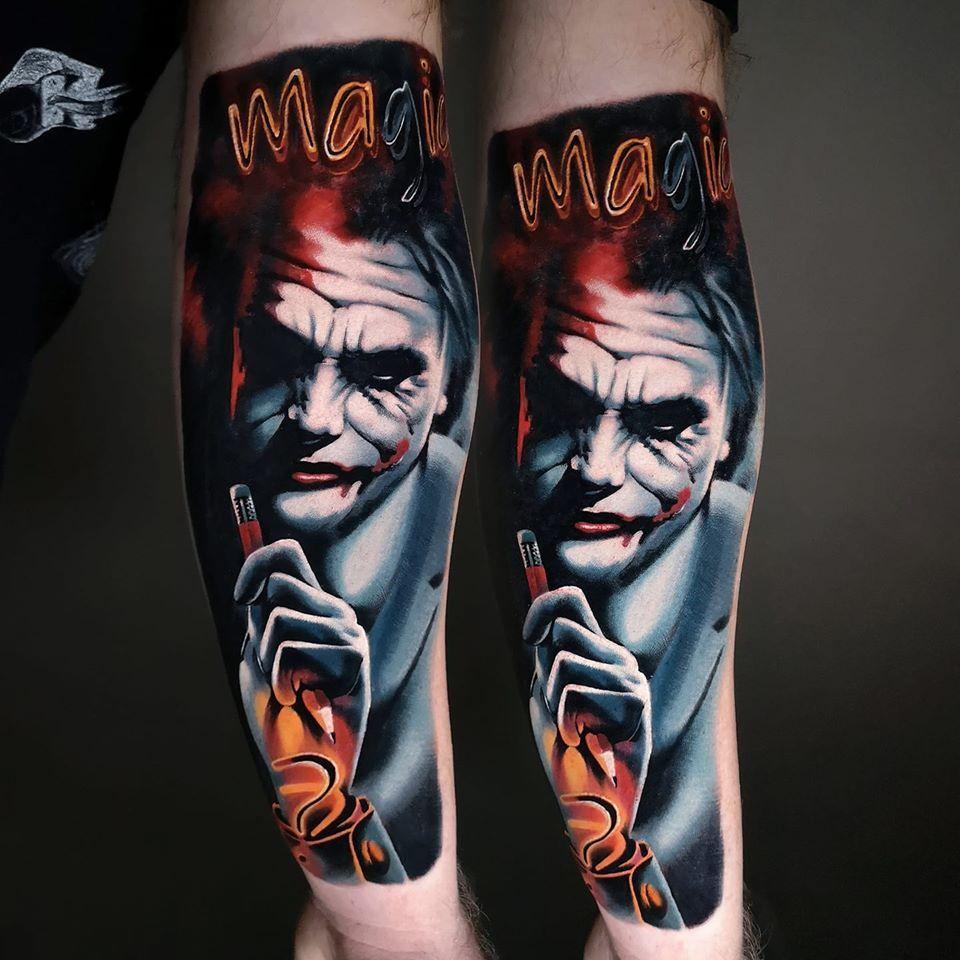 Unterarm Tattoo mit Magic Beschriftung und und einen gruseligen Magiker