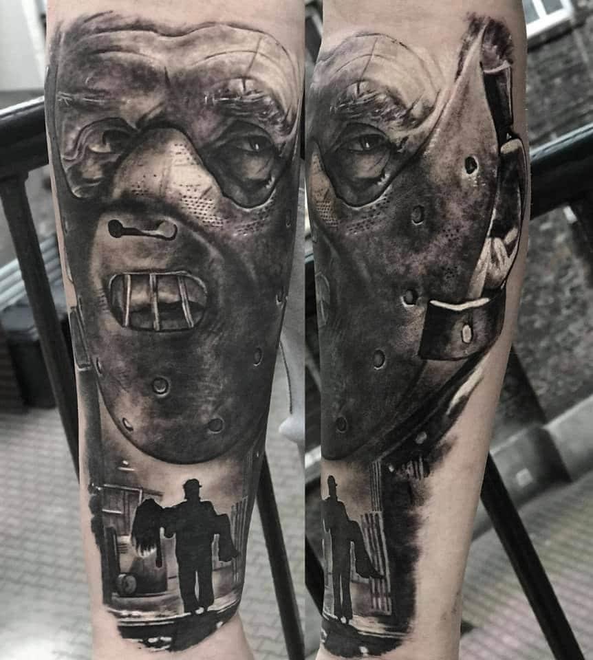 Gesicht eines Mannes mit einer Maske und ein Mann der eine Frau weg trägt Tattoo