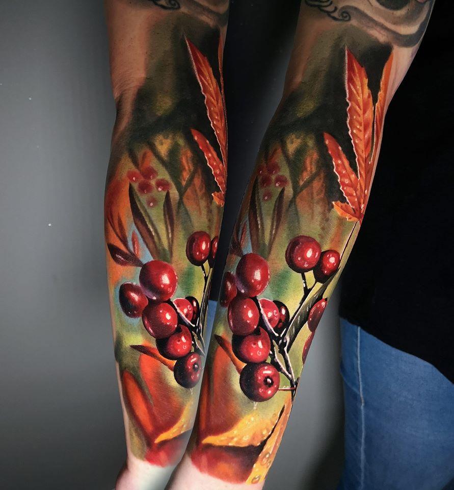 Tattoo von einer Pflanze mit Beeren