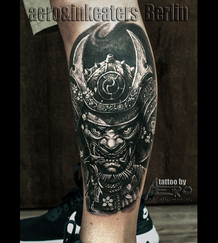 Gruseliges Gesichts Tattoo mit einer Kopf Ausrüstung Waden Tattoo