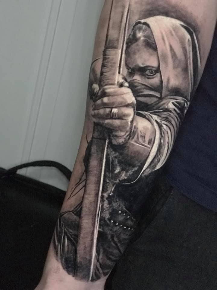 Frau die Bedeckt ist mit Pfeil und Bogen Tattoo