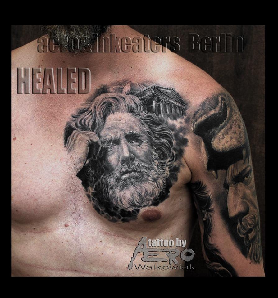 Brust Tattoo von einem Gesicht eines Mannes mit längeren Haaren und Bart