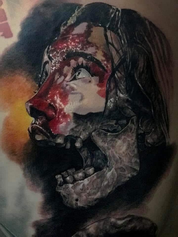 Skelett Tattoo mit einer Maske auf dem halben Gesicht