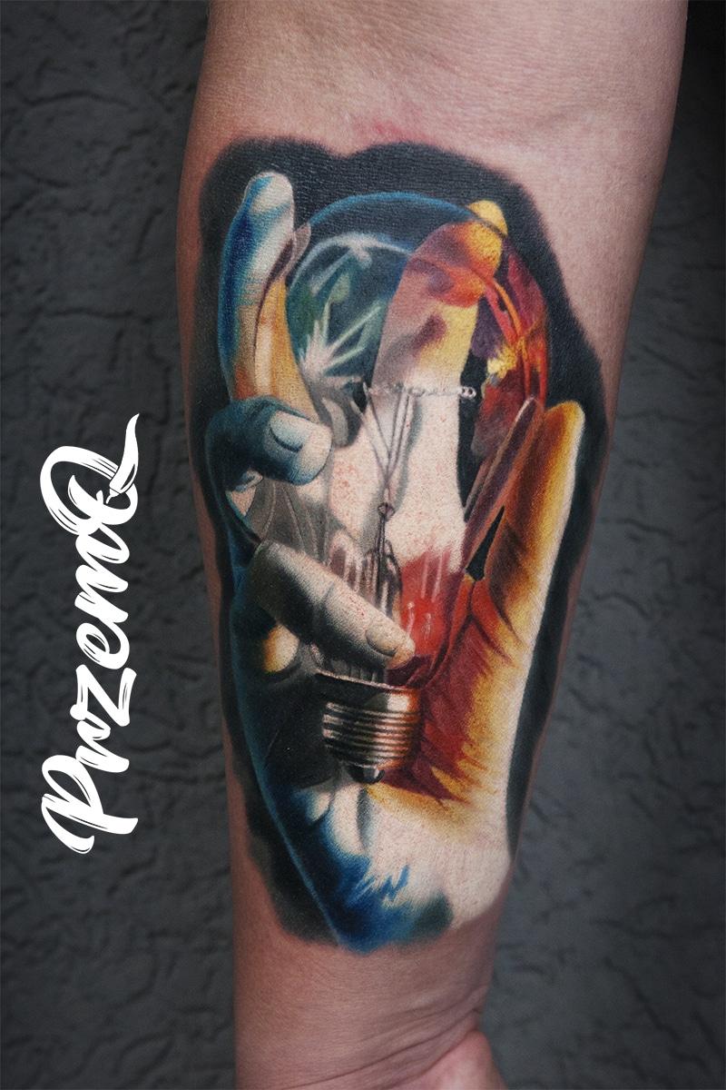 Tattoo von einer Hand mit einer Glühbirne