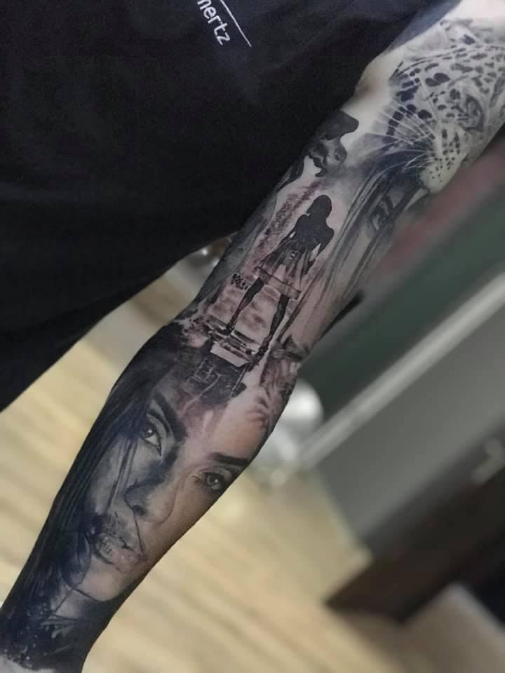 Tattoo von einer Frau vom weiten und einer Frau ihr Gesicht