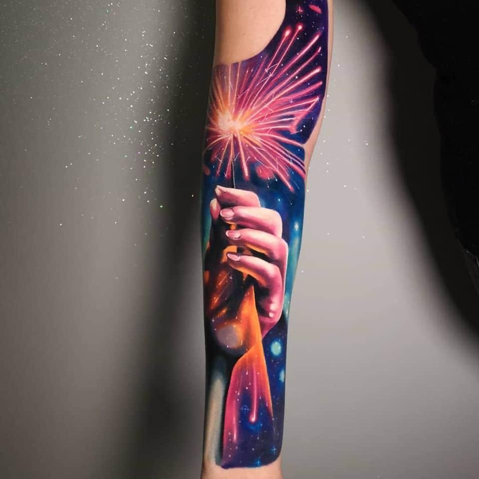 Unterarm Tattoo mit einer Hand die eine Wunder Kerze hält
