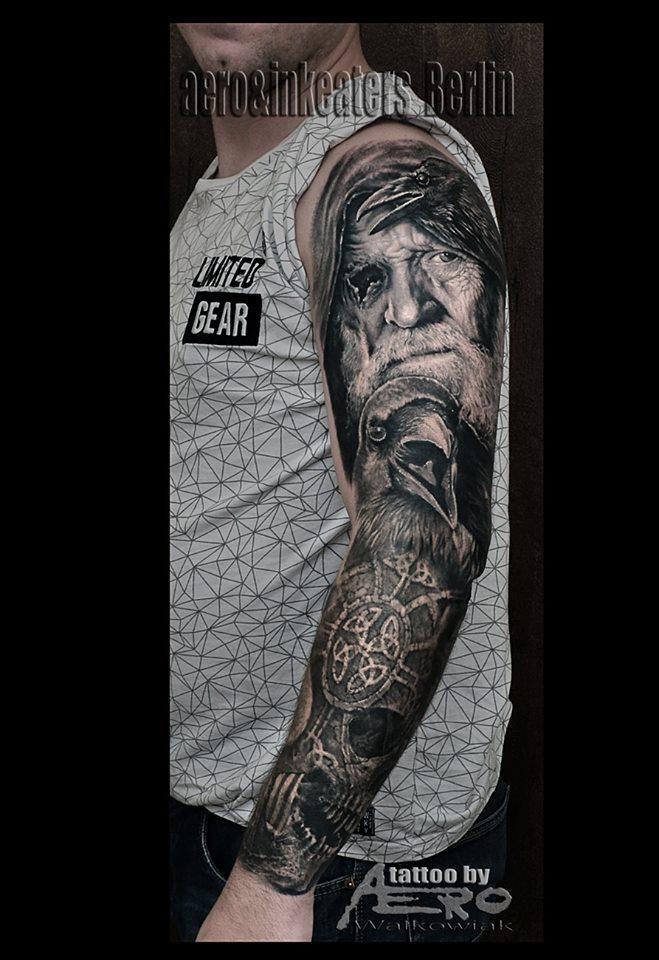 Oberarm Tattoo von einem Mann, einem Adler und einem Totenkopf