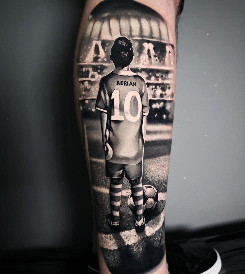 Tattoo von einem kleinen Fußballer im Stadion namens Adrian die Nummer 10
