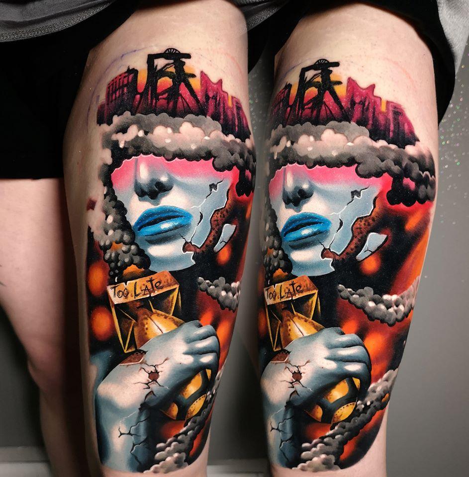 Tattoo von einer Person mit und einer Rakete mit der Aufschrift Too Late