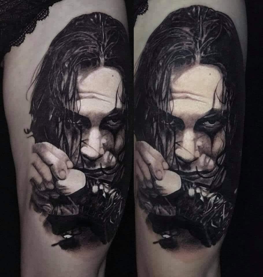 Man mit längeren Haaren, der seine Hände vor dem Mund hält Tattoo