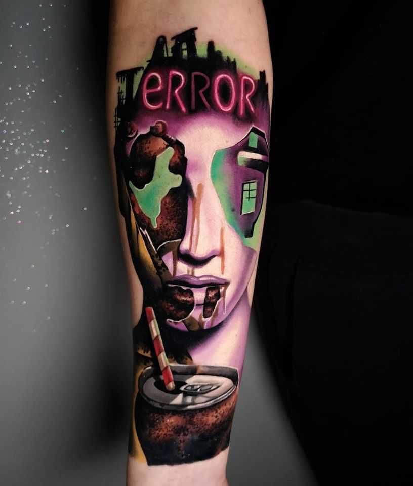 Tattoo mit einem Gesicht, welches verschmolzen wirkt